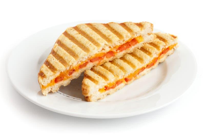 经典蕃茄和乳酪敬酒了在白色板材的三明治 免版税库存图片