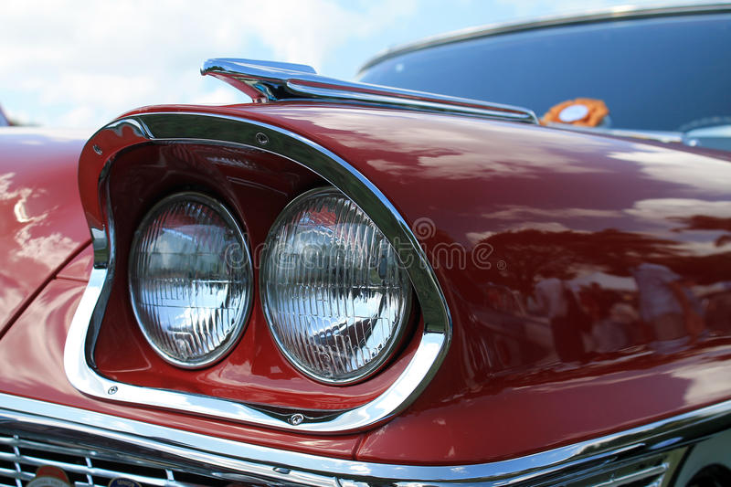 经典豪华美国汽车前灯细节 免版税库存照片