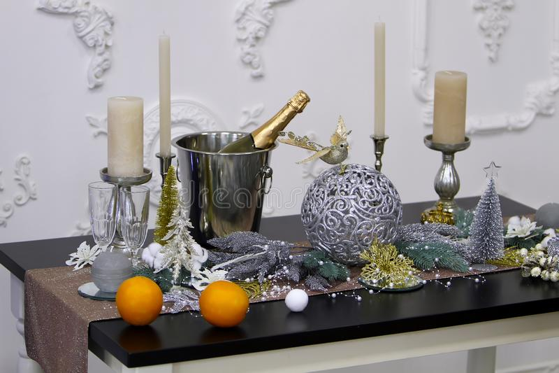 典雅和时髦的桌设计圣诞节和新年 免版税图库摄影
