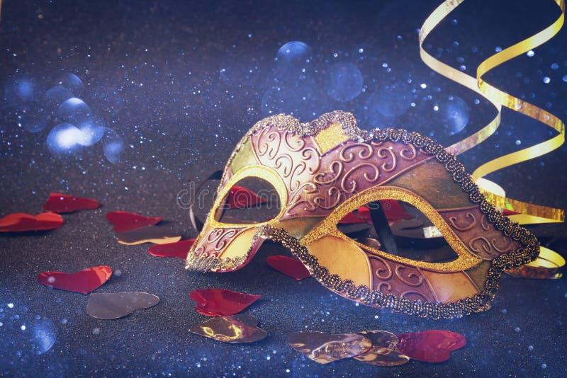 典雅威尼斯式,在闪烁背景的狂欢节面具 库存照片
