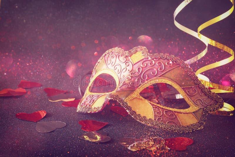 典雅威尼斯式,在闪烁背景的狂欢节面具 免版税库存图片