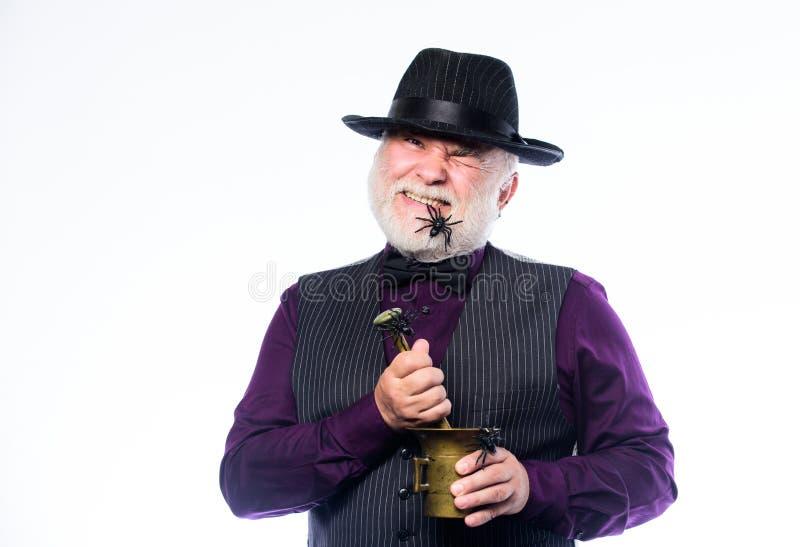 典雅的侍酒者穿戴帽子和背心准备饮料 恐怖党 吓唬的侍酒者 有灰色的奇怪的老侍酒者 免版税图库摄影