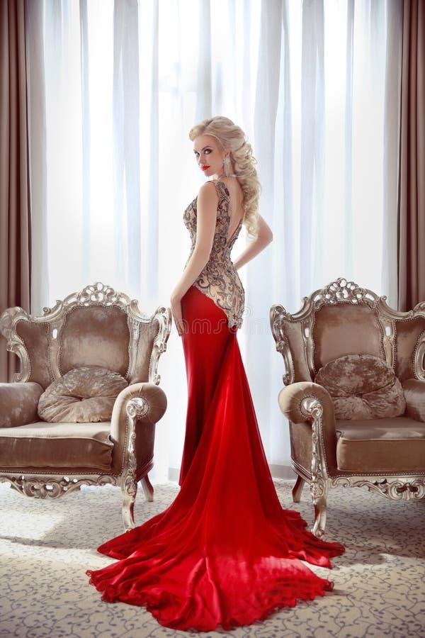 典雅的夫人 在时尚礼服的美好的白肤金发的妇女模型与 库存图片