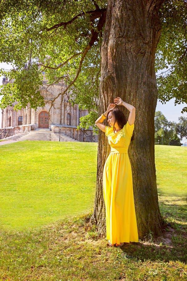 典雅的女孩在树下 期望的概念 库存照片