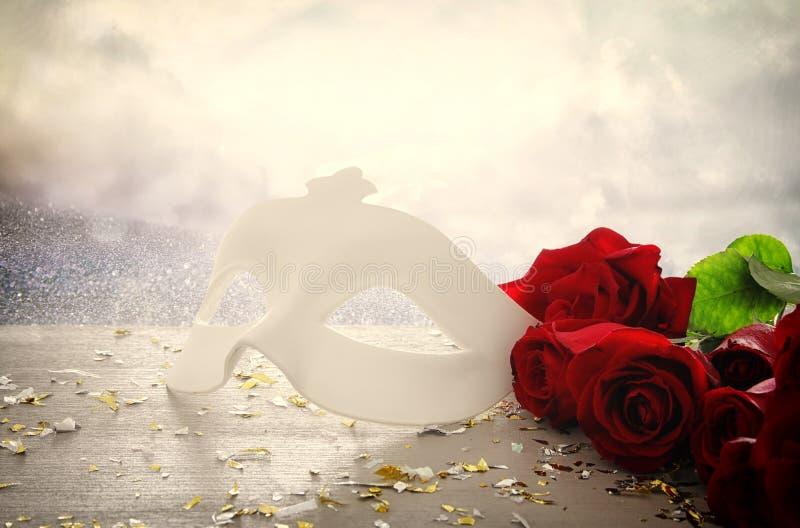 典雅的威尼斯式面具的图象在红色丝绸和闪烁发光的背景的 免版税库存图片