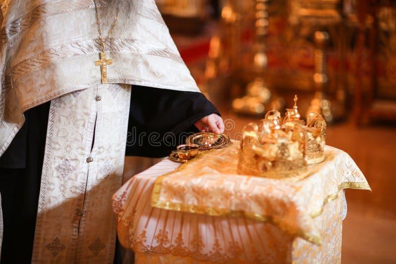 典雅的婚礼冠或冠状头饰为婚姻做准备在教会里 库存照片