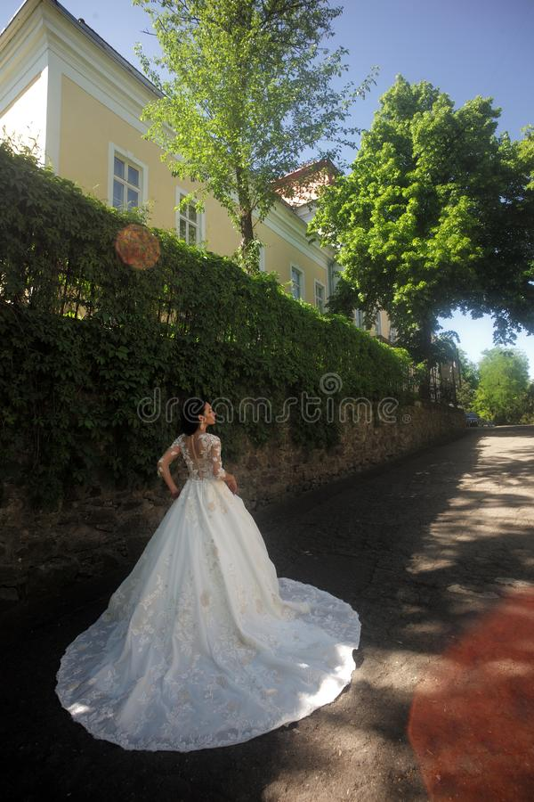 典雅的婚礼沙龙等待新娘 在精品店的美丽的婚纱 在婚礼前的愉快的新娘 美妙 图库摄影