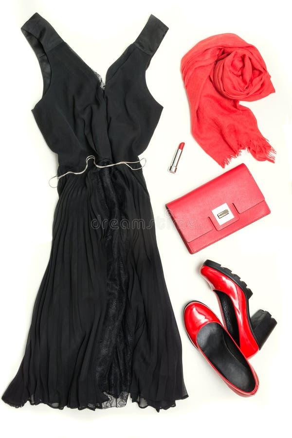 典雅的小的妇女` s黑色礼服和红色辅助部件为庆祝或假日 平的位置 免版税库存照片