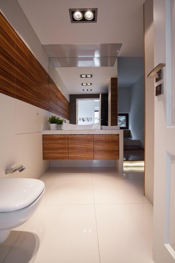 典雅的干净的洗手间内部 免版税库存图片