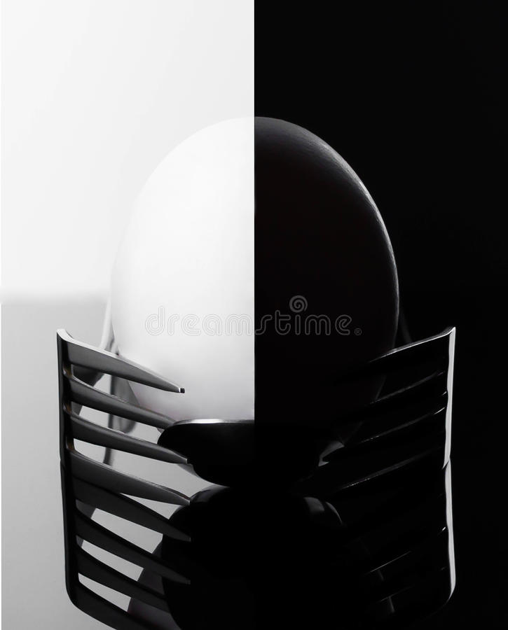 典雅的早晨鸡蛋在两把叉子平衡,早餐利器提出了 免版税库存照片