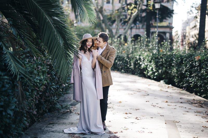 年轻典雅的时尚夫妇在公园 免版税库存图片