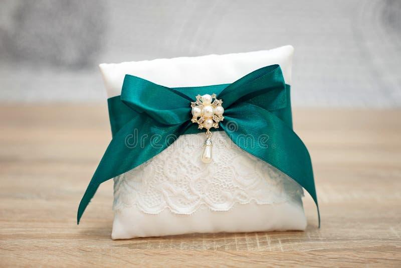 典雅的枕头或坐垫圆环的 新娘仪式花婚礼 图库摄影