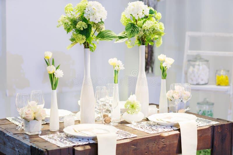 典雅的桌在婚姻或事件党的软的奶油设置了。 免版税库存图片