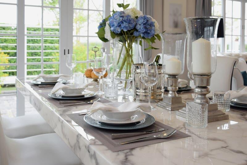 典雅的桌在葡萄酒样式餐厅设置了 库存图片
