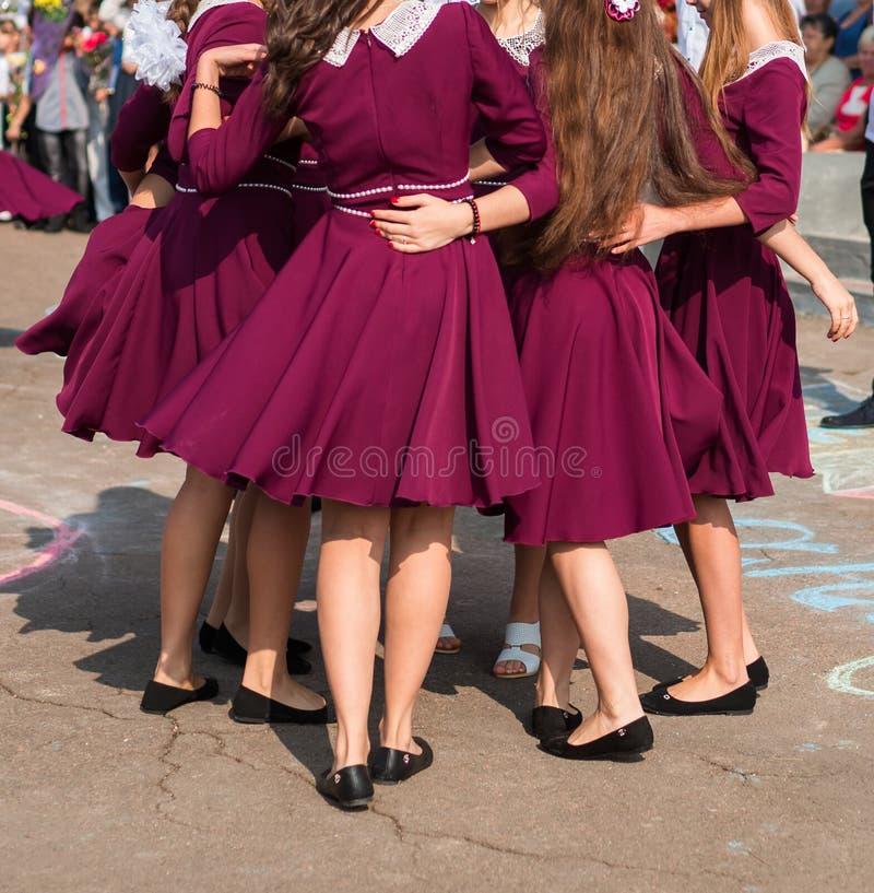 典雅的毕业生跳舞华尔兹 免版税库存图片