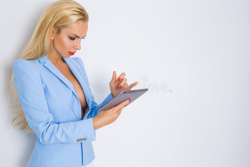 典雅的浅兰的夹克的美丽的年轻性感的白肤金发的妇女女孩女实业家秘书,适合构成红色唇膏 免版税库存图片