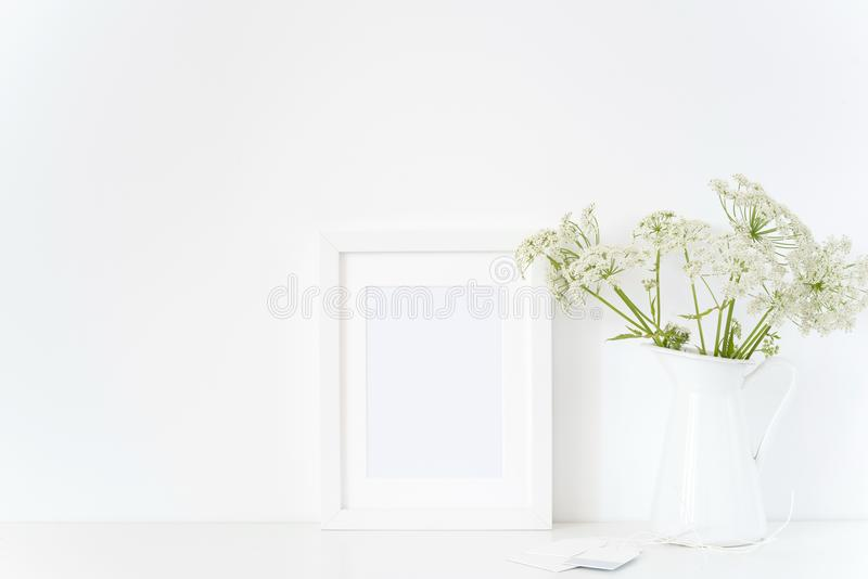 典雅的白色框架嘲笑与在水罐,花束的一个主人 设计的大模型 生活方式博客作者的模板,社会媒介 免版税库存照片
