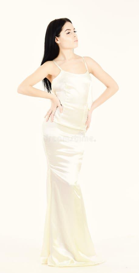 典雅的白色礼服的,白色背景妇女 与亭亭玉立的图的时装模特儿结果节食和健身的 健康 免版税库存照片