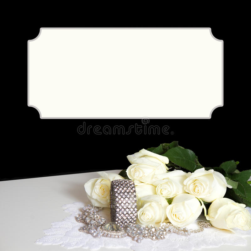 黑典雅的背景-白玫瑰-虚假金刚石首饰 库存图片