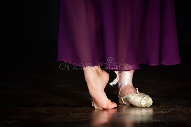 典雅的芭蕾舞女演员在黑暗的背景的演播室摆在低调 图库摄影