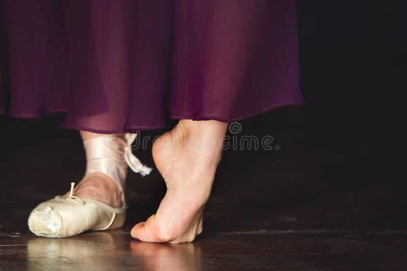 典雅的芭蕾舞女演员在黑暗的背景的演播室摆在低调 免版税库存照片