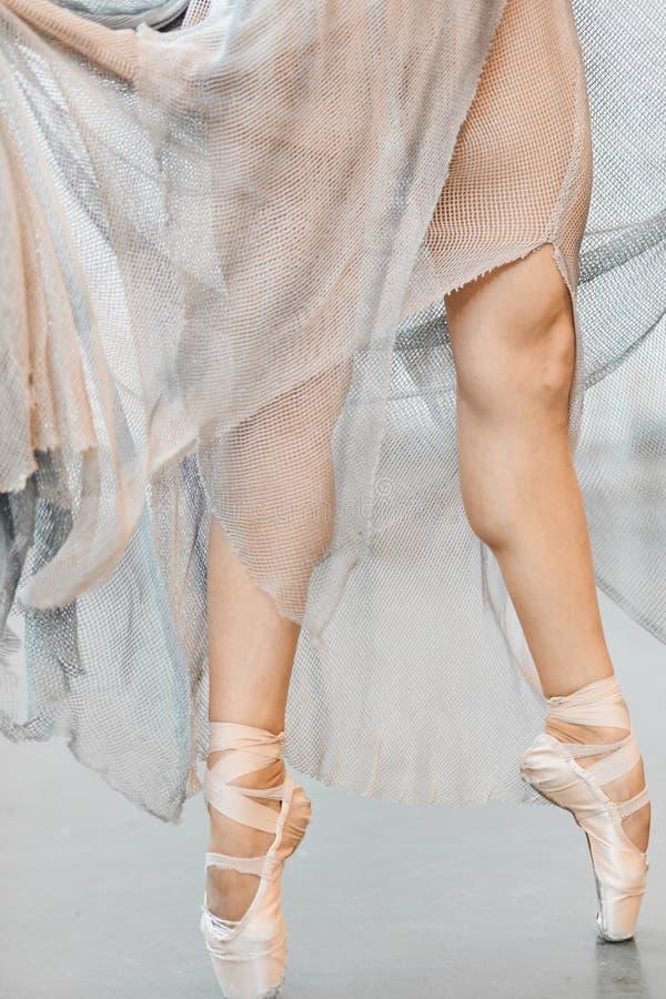 典雅的芭蕾舞女演员身分接近的看法在脚趾的在pointes 免版税库存图片