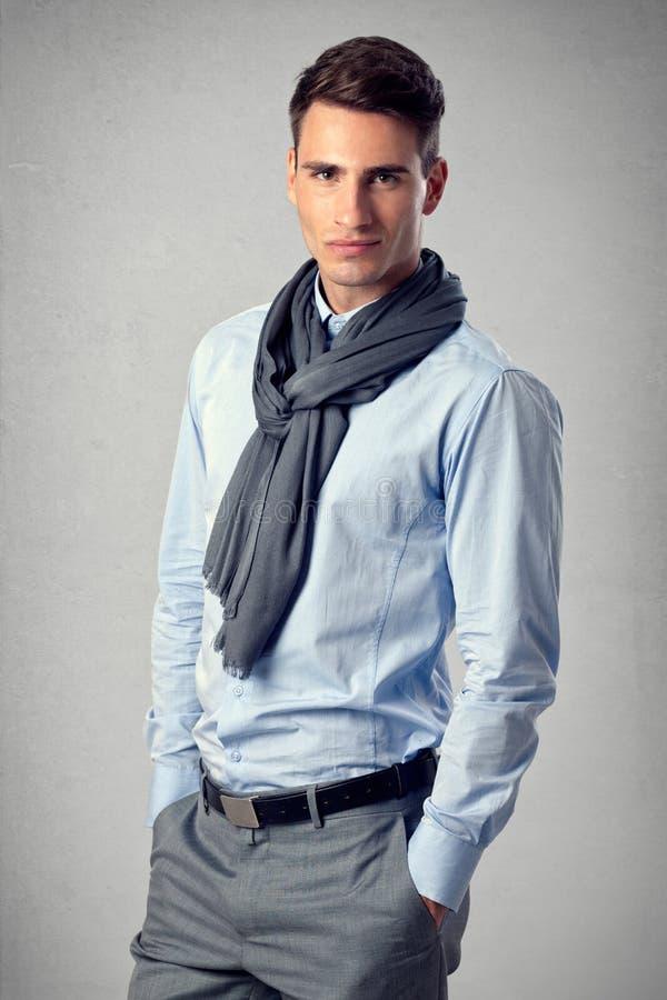 典雅的英俊的人年轻人 免版税库存照片