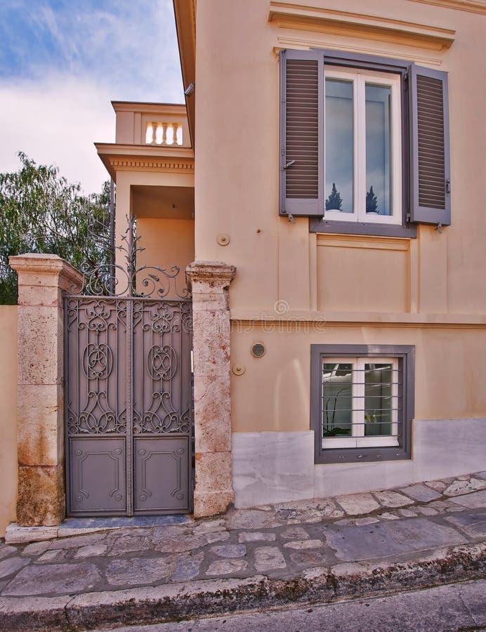 典雅的葡萄酒房子门面,雅典希腊 免版税库存图片
