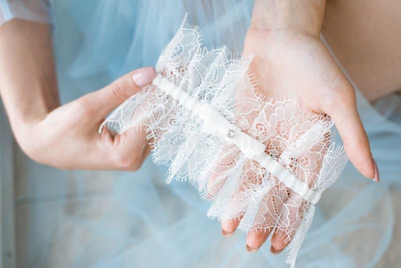 典雅的蓝色长袍和袜带的美丽的性感的夫人 库存图片