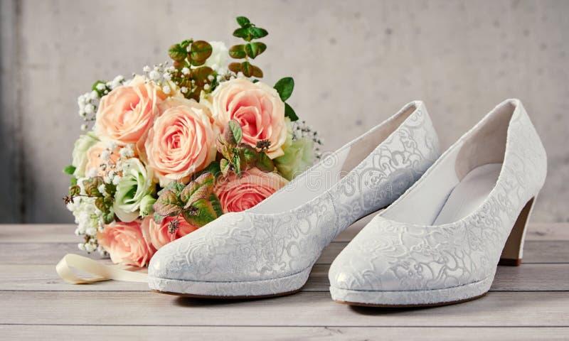 典雅的被仿造的白色经典法院鞋子 免版税库存图片