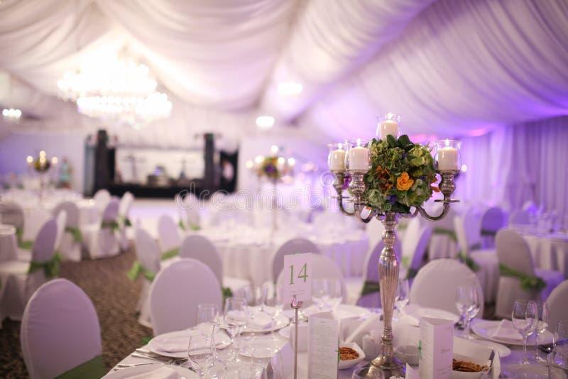 典雅的豪华婚礼桌装饰 免版税库存图片
