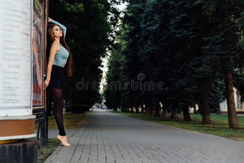 典雅的跳芭蕾舞者妇女跳舞芭蕾在城市 免版税库存图片