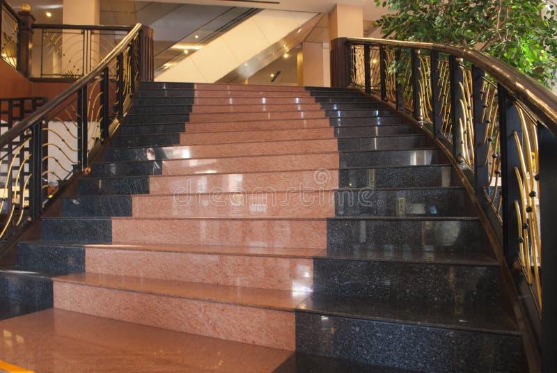 典雅的金和大理石室内楼梯 库存照片