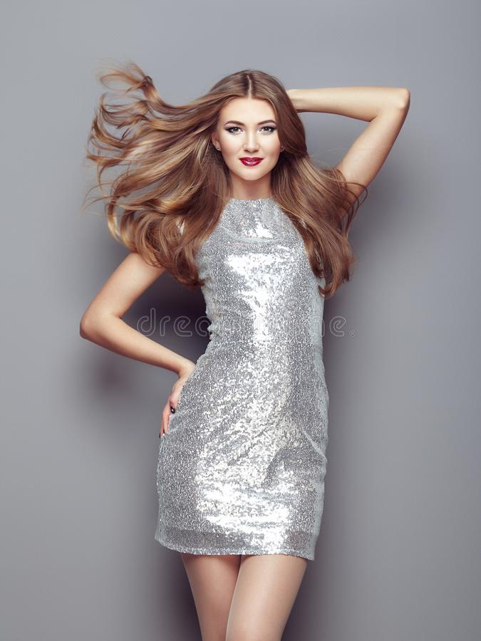 典雅的银色礼服的时尚画象少妇 库存照片