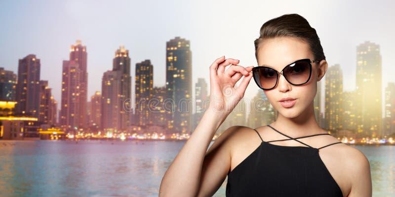 Download 典雅的黑太阳镜的美丽的少妇 库存图片. 图片 包括有 投反对票, beauvoir, 豪华, 晚上, 风土化 - 72350401