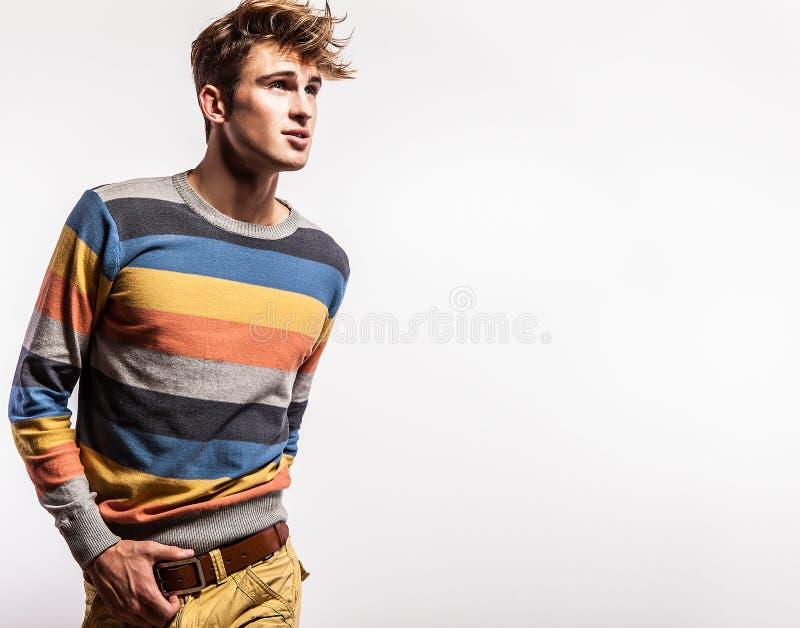 典雅的年轻英俊的人。演播室时尚画象。 库存照片