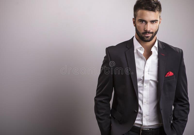 典雅的年轻英俊的人。演播室时尚画象。 免版税库存照片