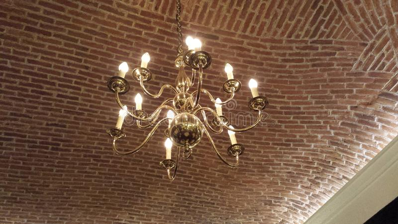 典雅的黄铜枝形吊灯 库存图片