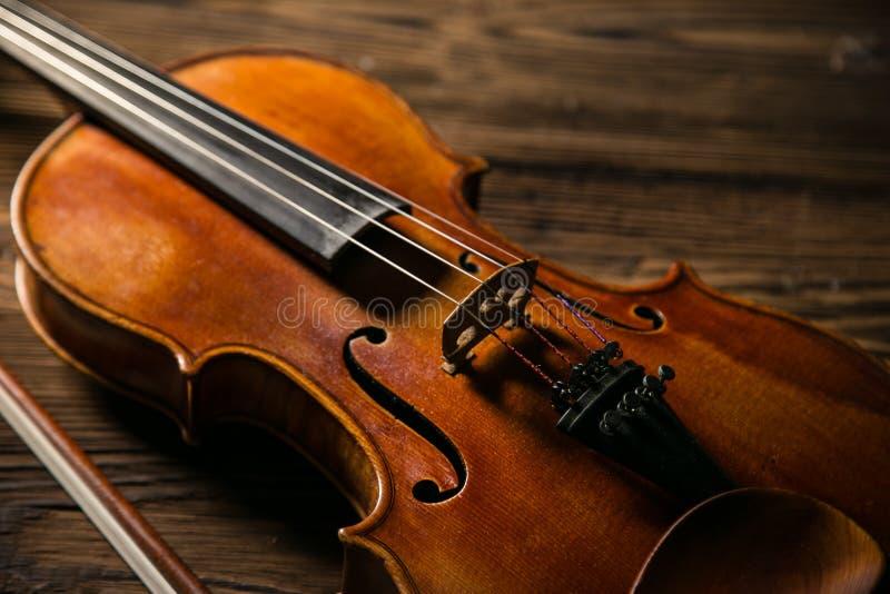 经典音乐小提琴葡萄酒在木背景中 图库摄影