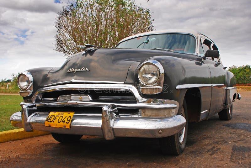 经典黑古巴人克莱斯勒汽车停放了在路旁在古巴 库存图片