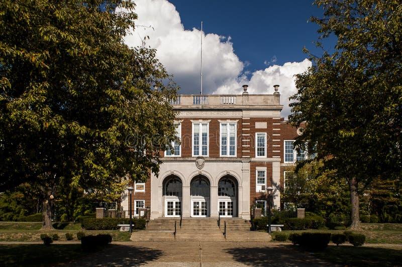 经典建筑学-有石灰石口音的红砖学校 库存照片