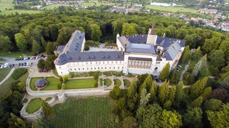 兹比罗 — 空中无人机俯瞰捷克城堡 免版税库存图片