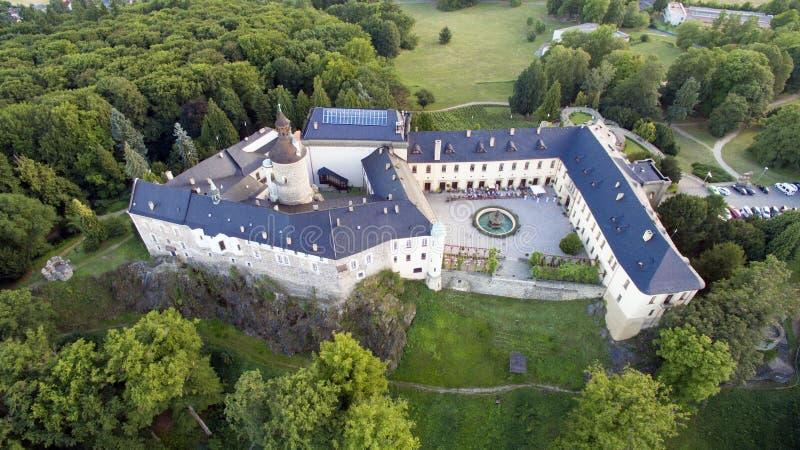 兹比罗 — 空中无人机俯瞰捷克城堡 免版税库存照片