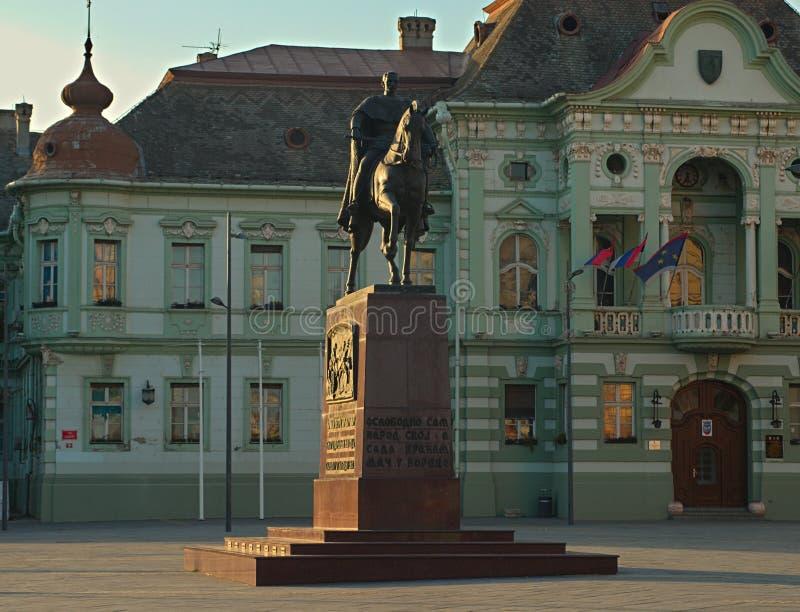 兹雷尼亚宁,塞尔维亚,2018年10月14日-彼得国王的纪念碑大广场的 免版税库存照片
