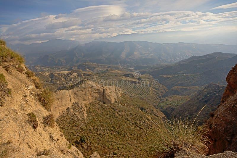 内华达山山晴天巨大的峭壁与软的云彩的 库存图片