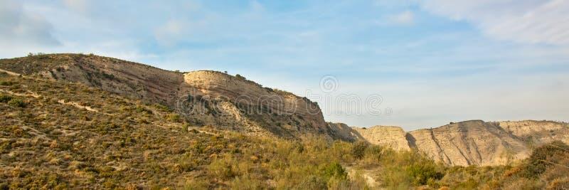内华达山山高峭壁在一个晴天,全景 免版税库存照片