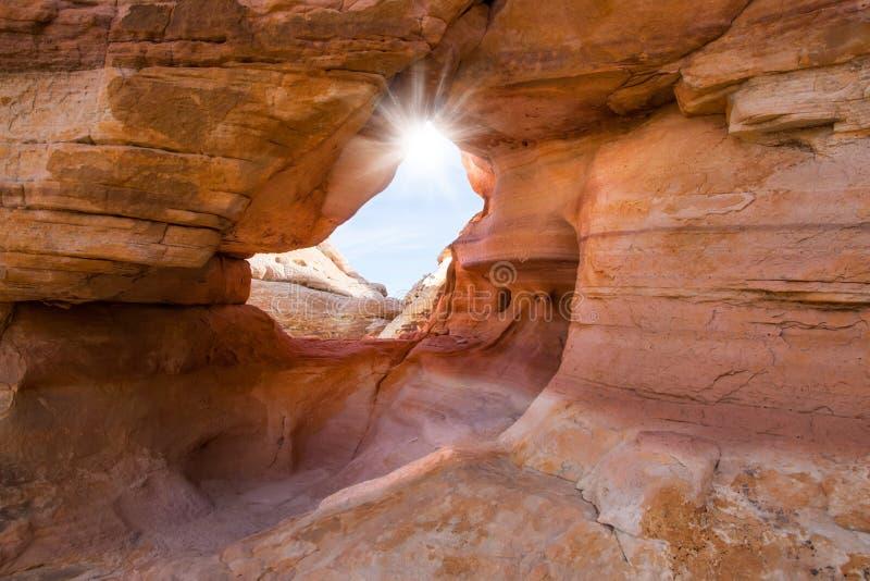 内华达火国家公园谷  太阳通过在红砂岩的曲拱发光 免版税图库摄影