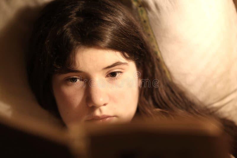 内向少年女孩阅读书 免版税库存照片