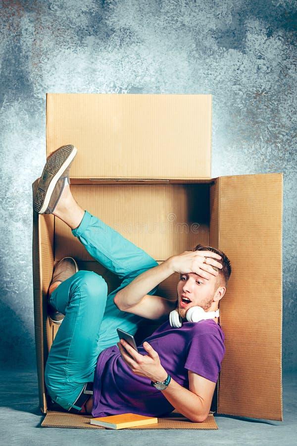 内向概念 坐在箱子里面的人 免版税库存图片