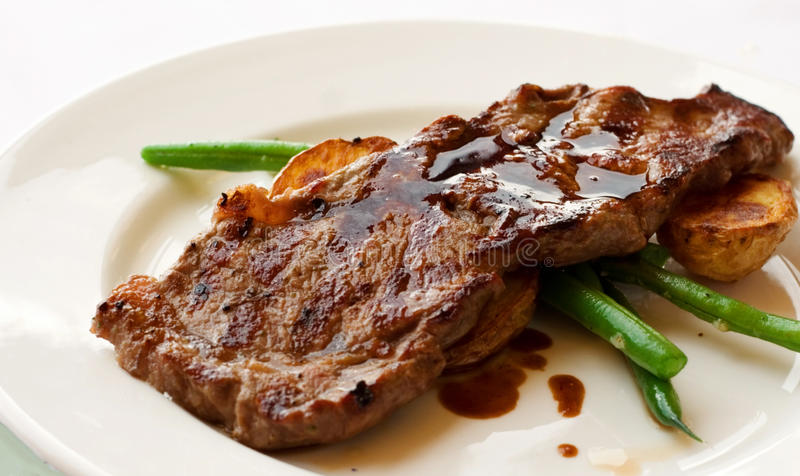 内圆角美食的可爱的牛排 免版税库存图片